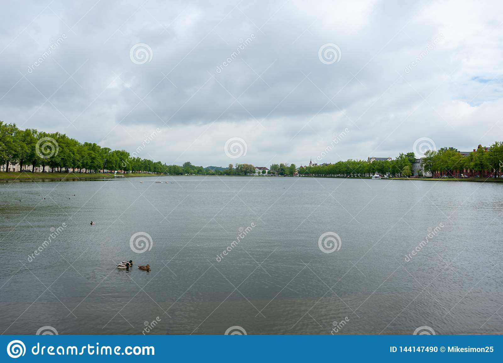 Visión en Pfaffenteich, Pfaffenpond en el día cubierto en Schwerin, Alemania