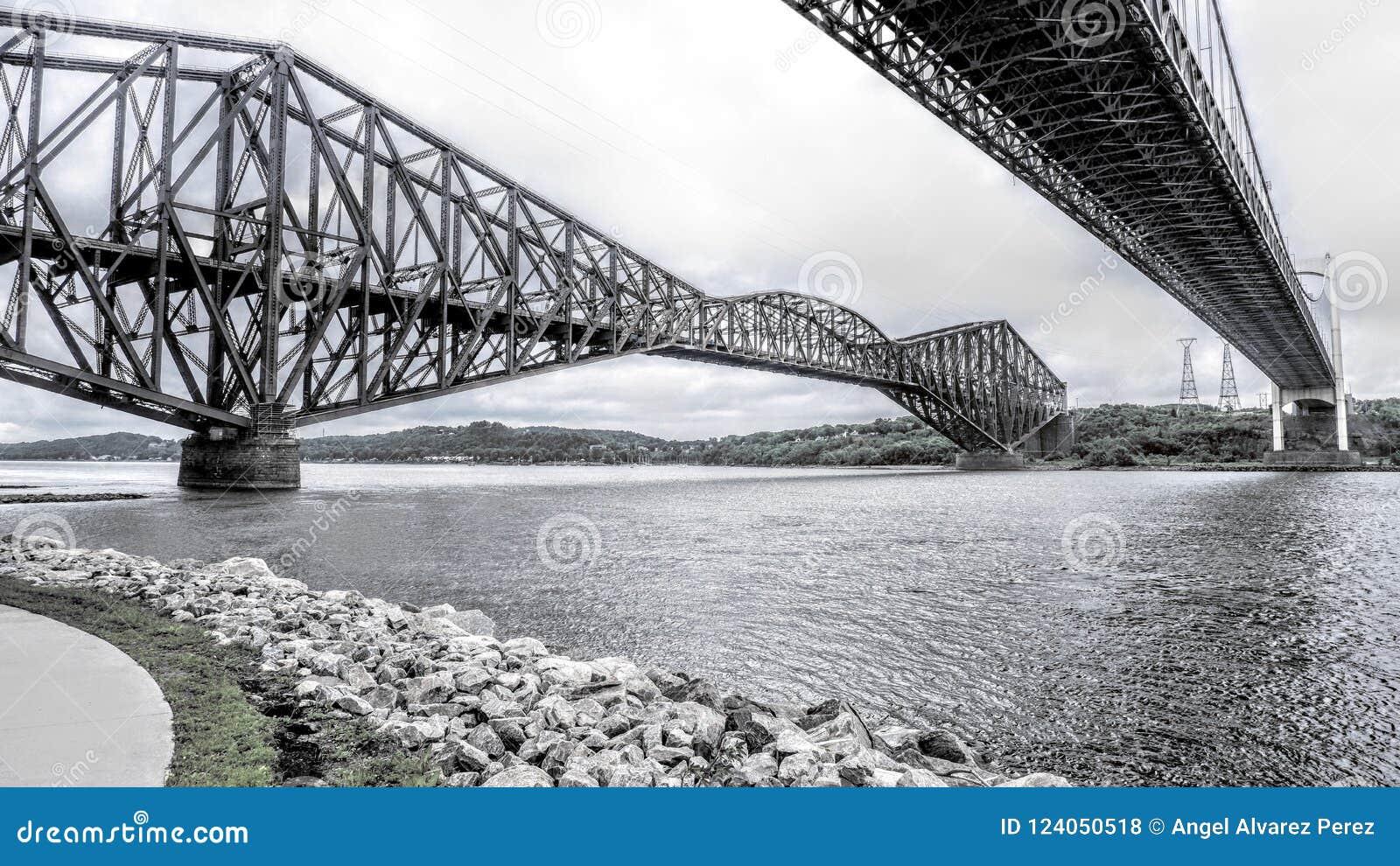 Visión entre dos puentes sobre el St Lawrence River
