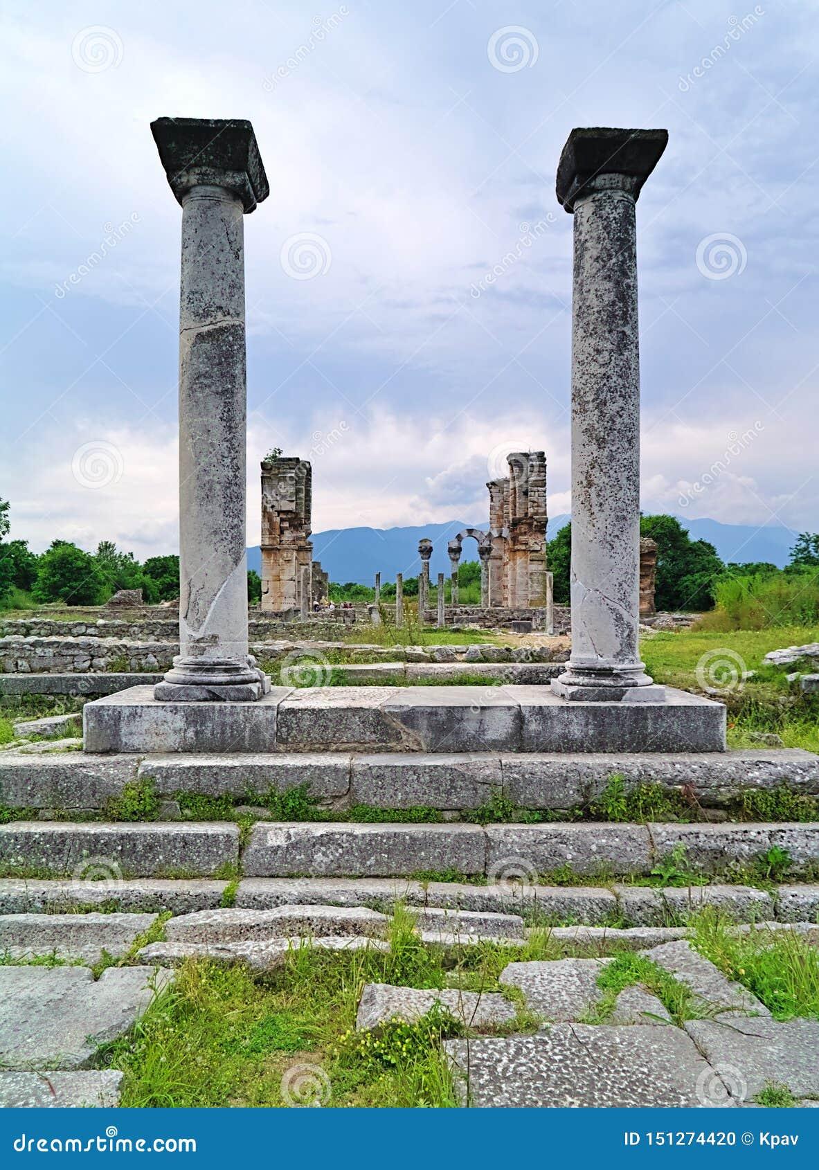 Visión entre el columnt de las ruinas cristianas del templo de la basílica II