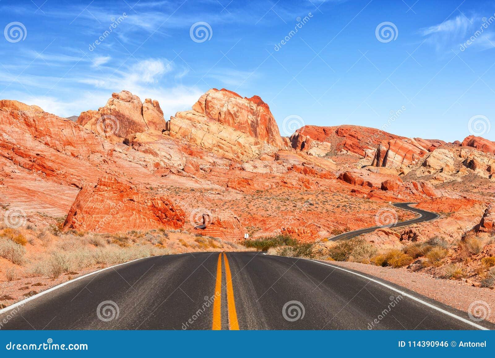 Visión escénica desde el camino en el valle del parque de estado del fuego, Nevada, Estados Unidos
