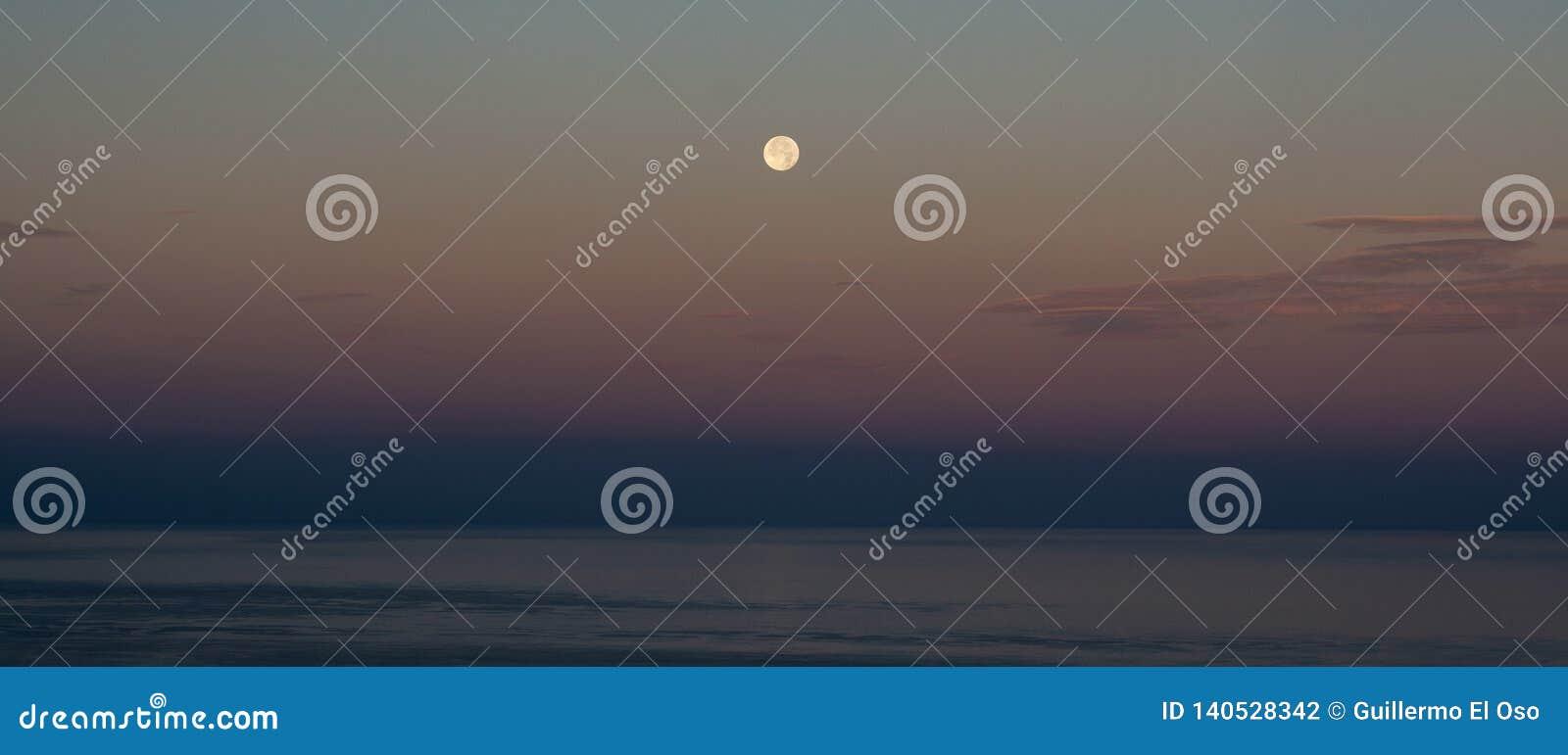 Visión espectacular desde una gran luna sobre el mar