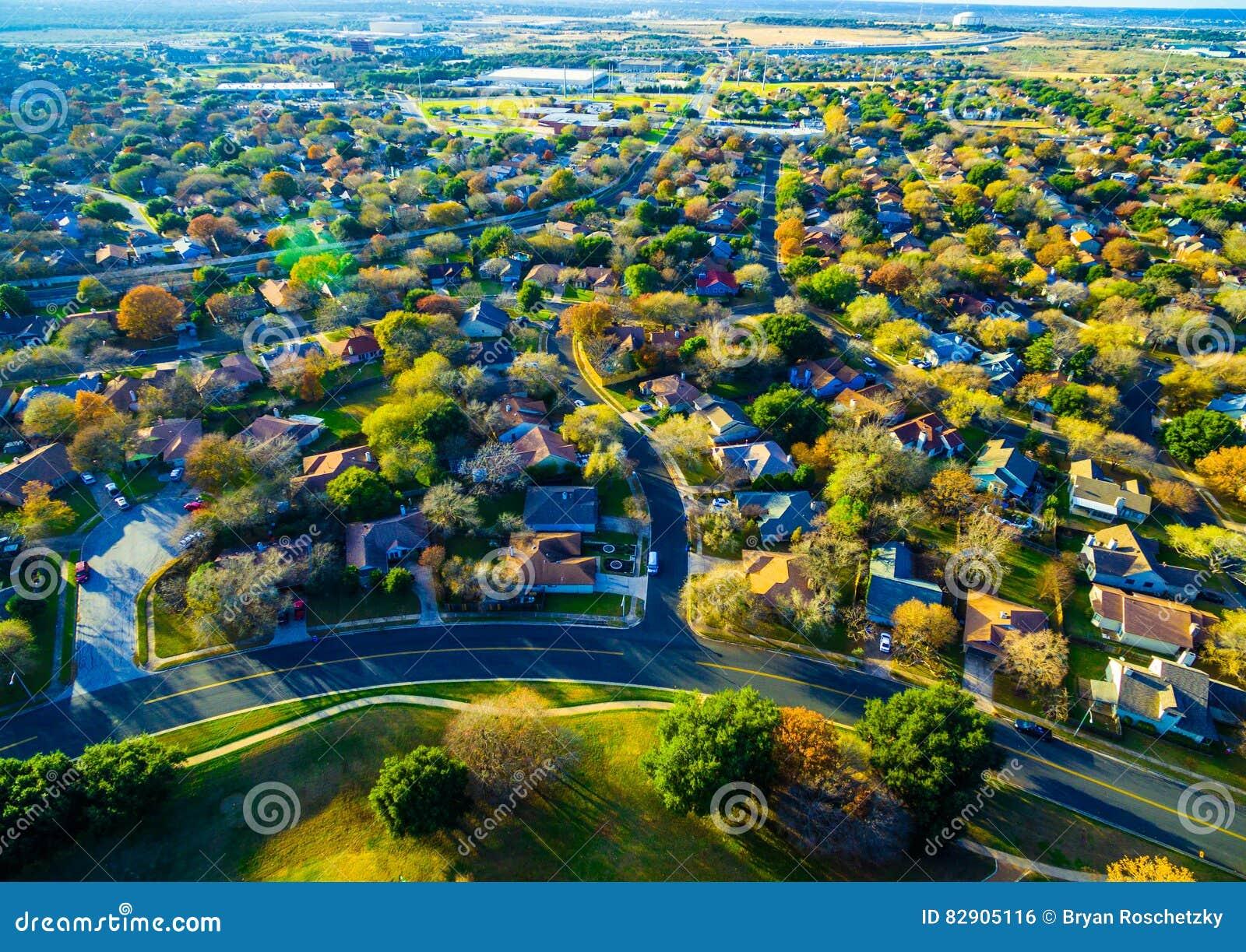 Visión granangular sobre suburbios extensos de la roca redonda Tejas