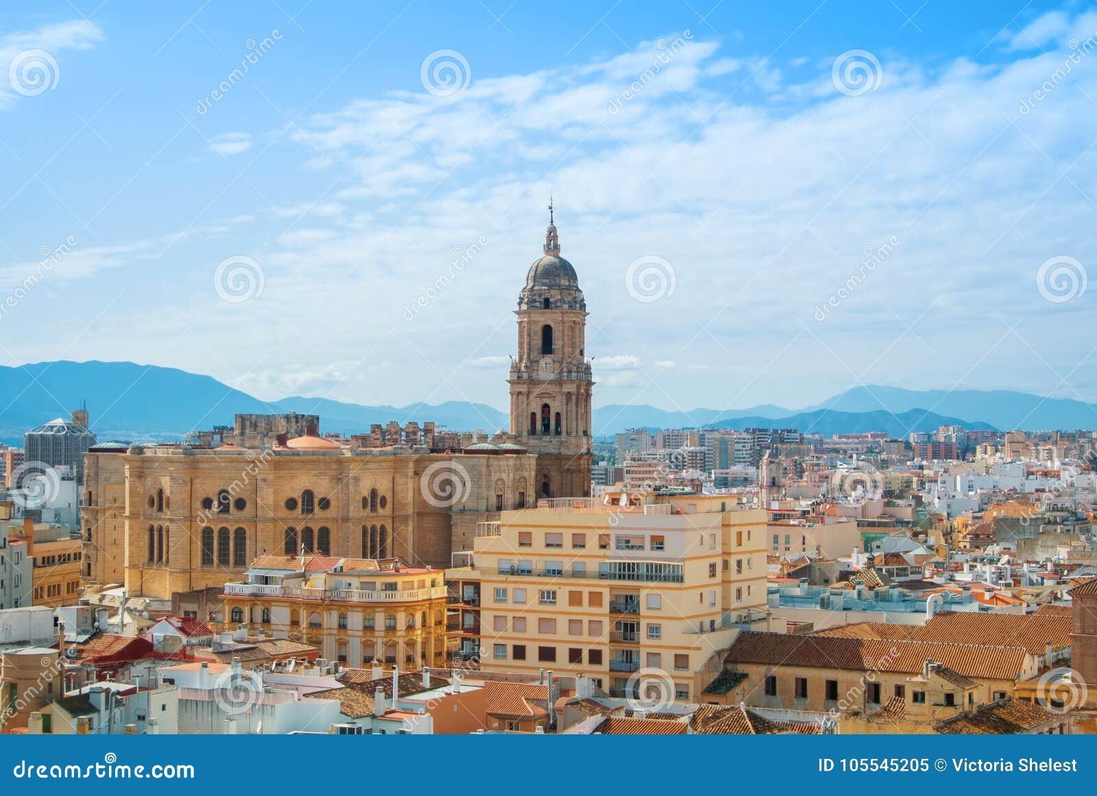 Visión panorámica aérea sobre los tejados a una torre de Málaga Cathed