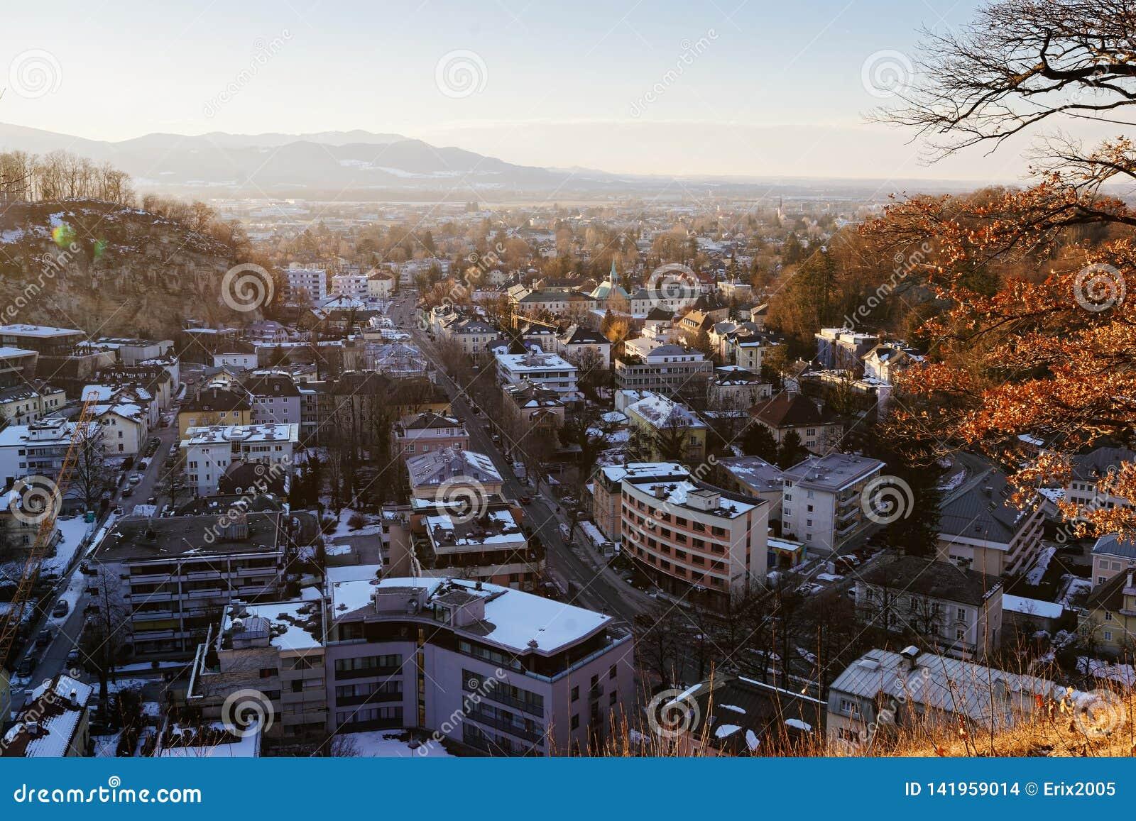 Visión panorámica con paisaje en la vieja puesta del sol de Salzburg Monchsberg de la ciudad