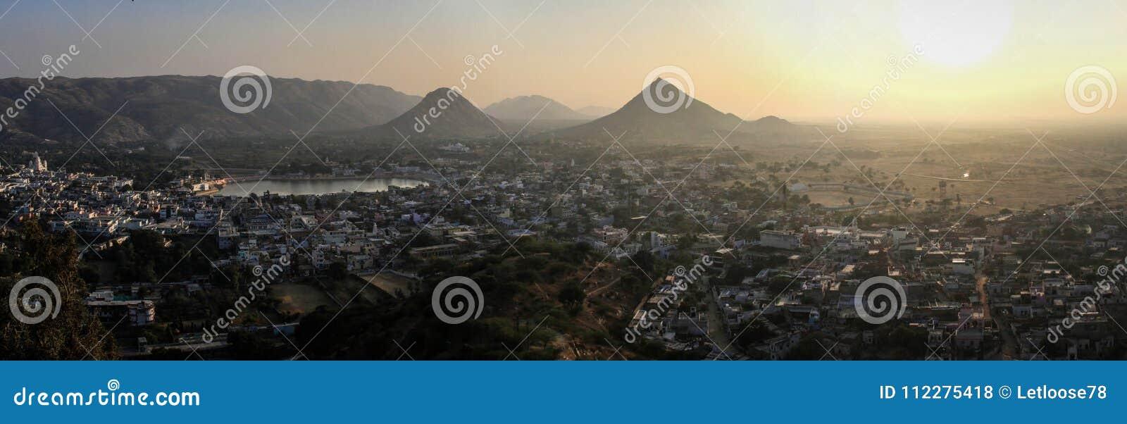 Visión panorámica en la puesta del sol de Pushkar y las colinas de Aravalli de Pap Mochani Gayatri Temple, Pushkar, Rajasthán, la