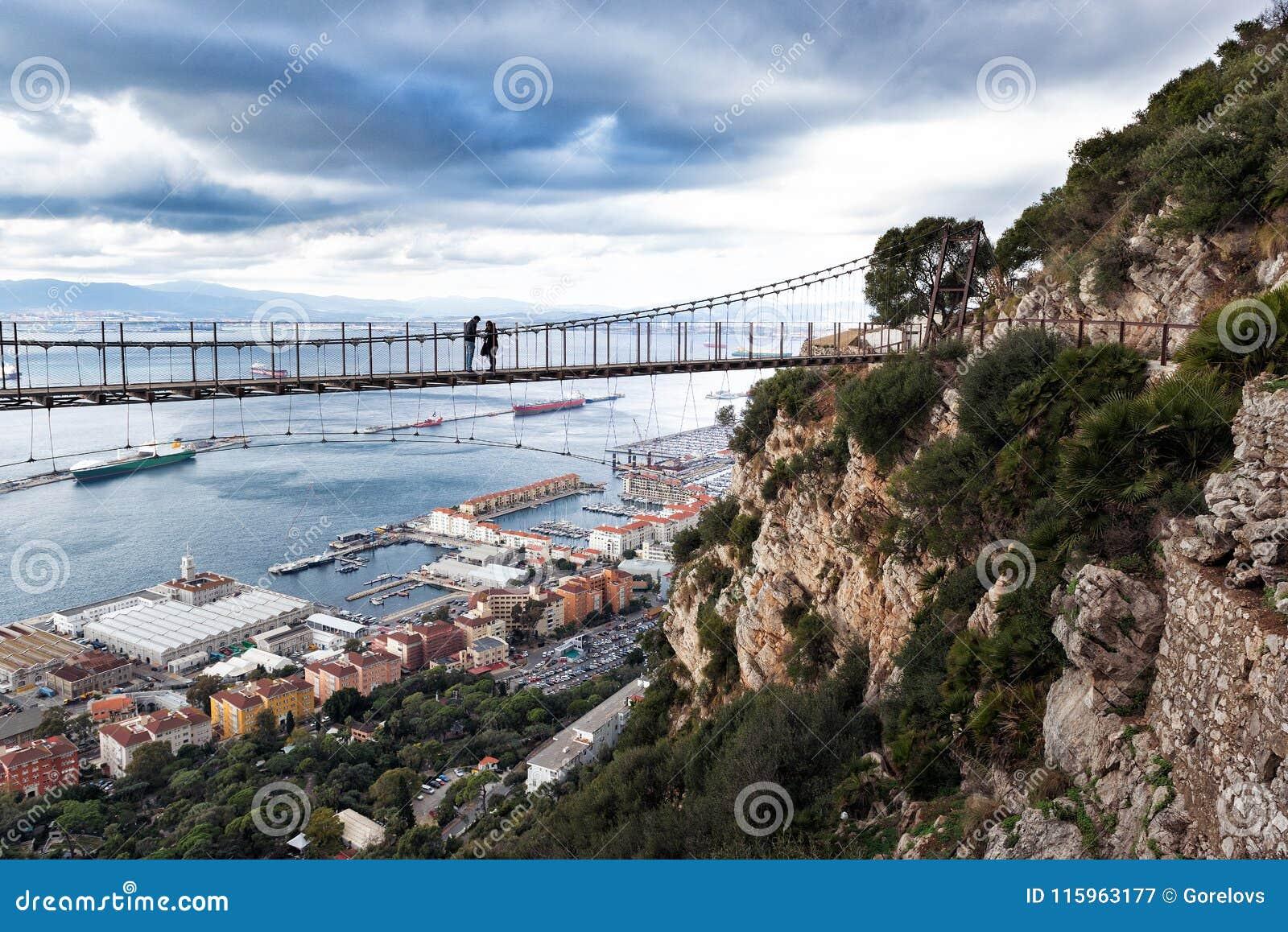 Visión panorámica en puente colgante del ` s de Windsor Bridge - de Gibraltar situado en la roca superior gibraltar