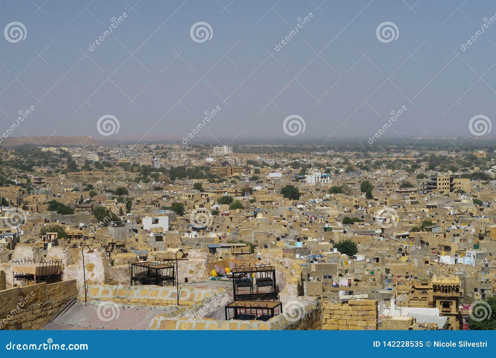 Visión panorámica sobre el desierto indio Jaisalmer de Thar de la ciudad del desierto