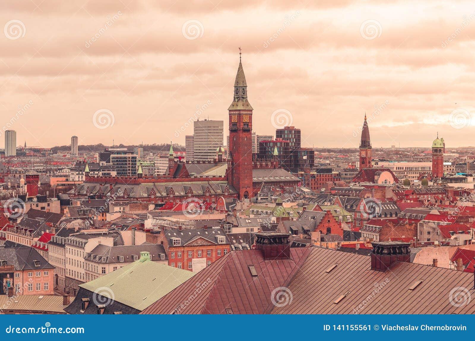 Visión panorámica sobre los tejados de Copenhague, Dinamarca
