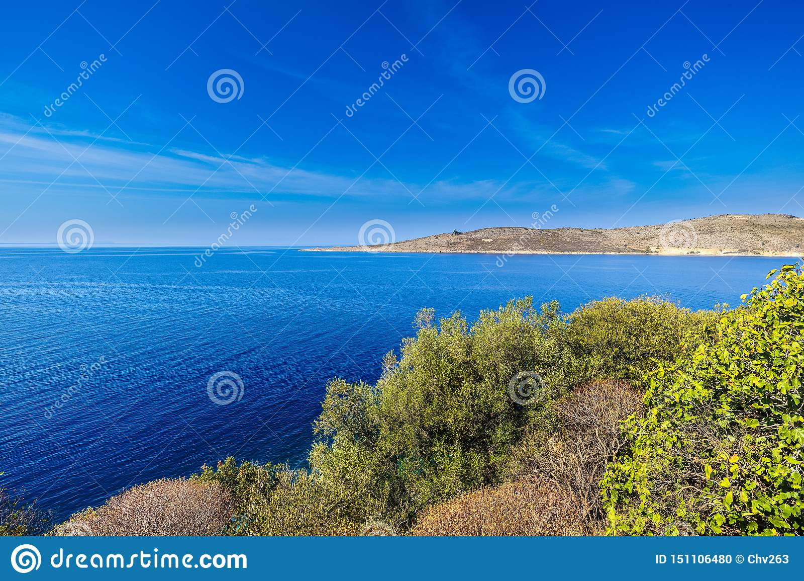 Visión sobre la costa albanesa cerca de Oporto Palermo, Albania