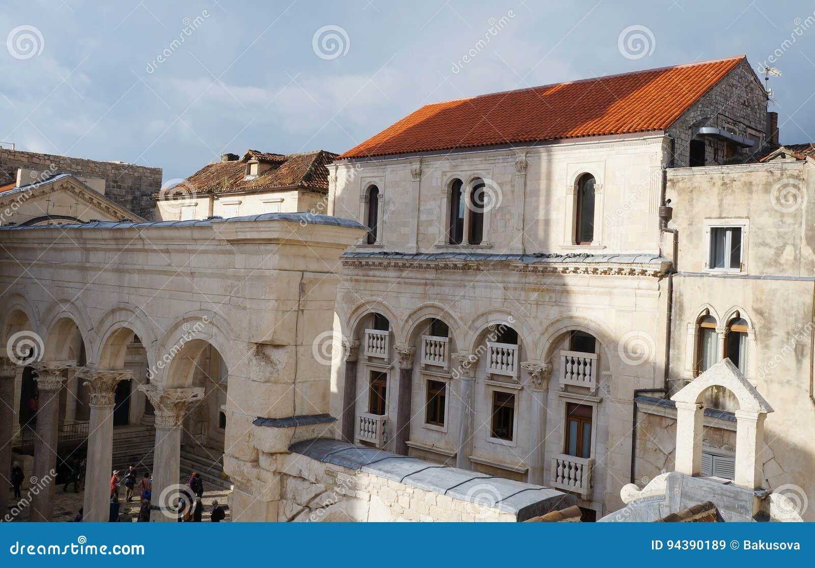 Visión sobre Prothyron y peristilo en el palacio de Diocletian