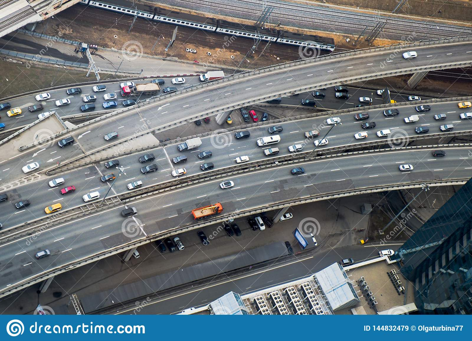 Visión superior a parte de la red de carreteras de ciudad Empalme llano multi del tráfico