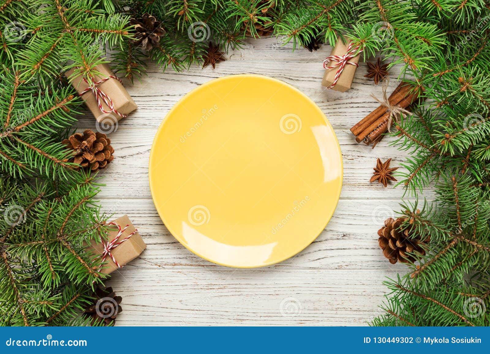 Visión superior Ronda vacía de la placa de cerámica en fondo de madera de la Navidad concepto del plato de la cena del día de fie