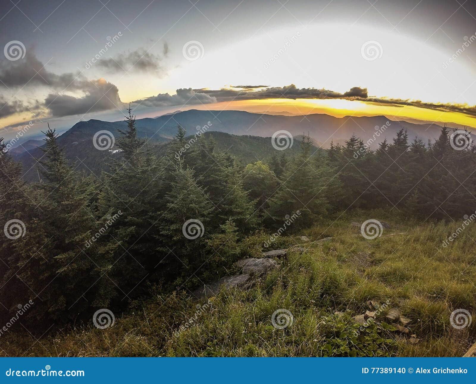 Visiónes escénicas en la puesta del sol encima del soporte mitchell