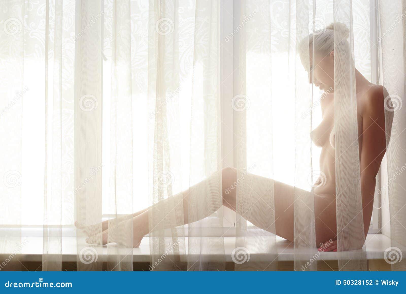 Resultado de imagen para mujer desnuda entre cortinas
