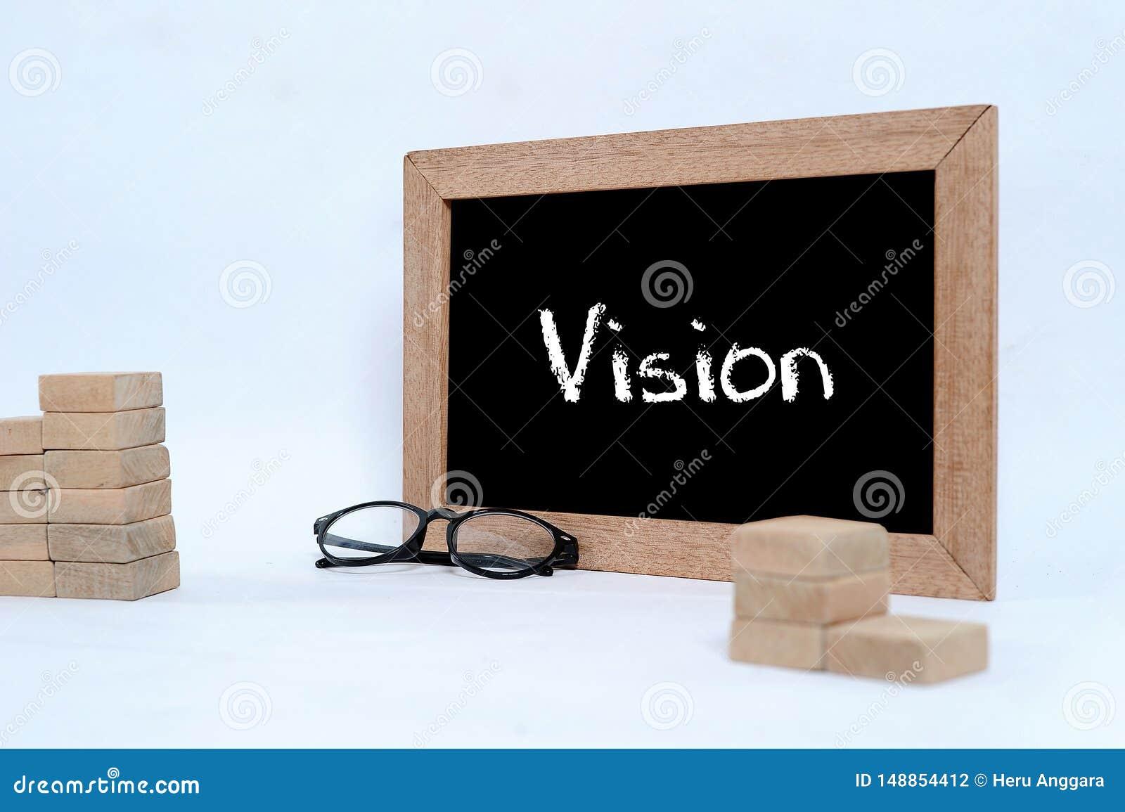 Vision auf der Tafel mit Kreideschreiben Augenglas- und h?lzernerblock, der als Schritttreppensymbol des Gesch?ftskonzeptes stape