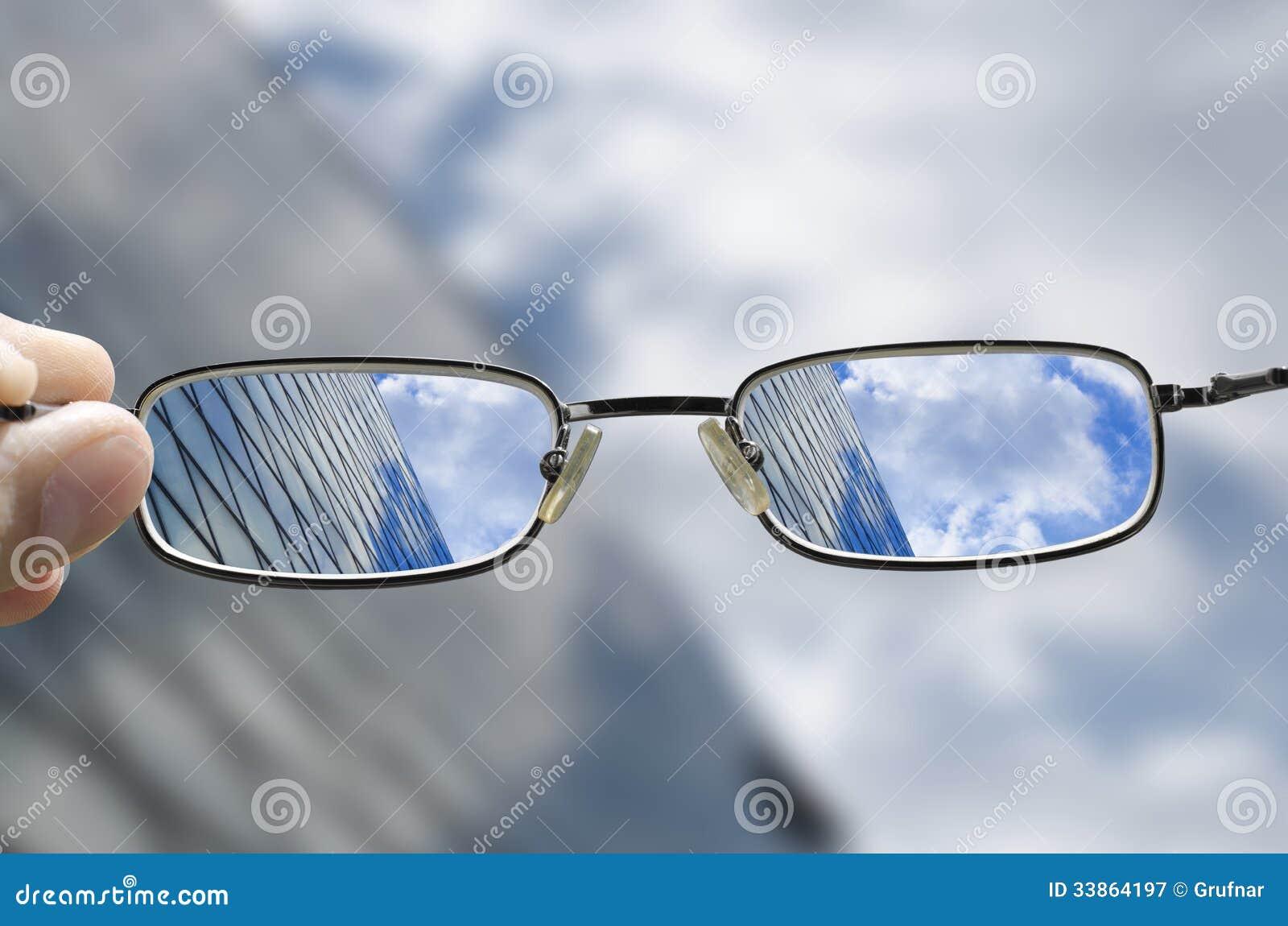 Vision de un edificio de cristal del negocio a través de los vidrios