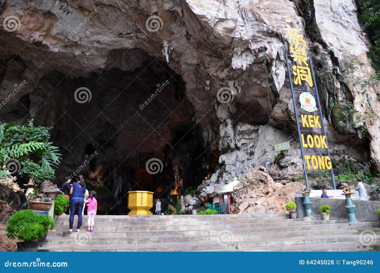 Visiors besök Kek Lok Tong som lokaliseras på Gunung Rapat i t