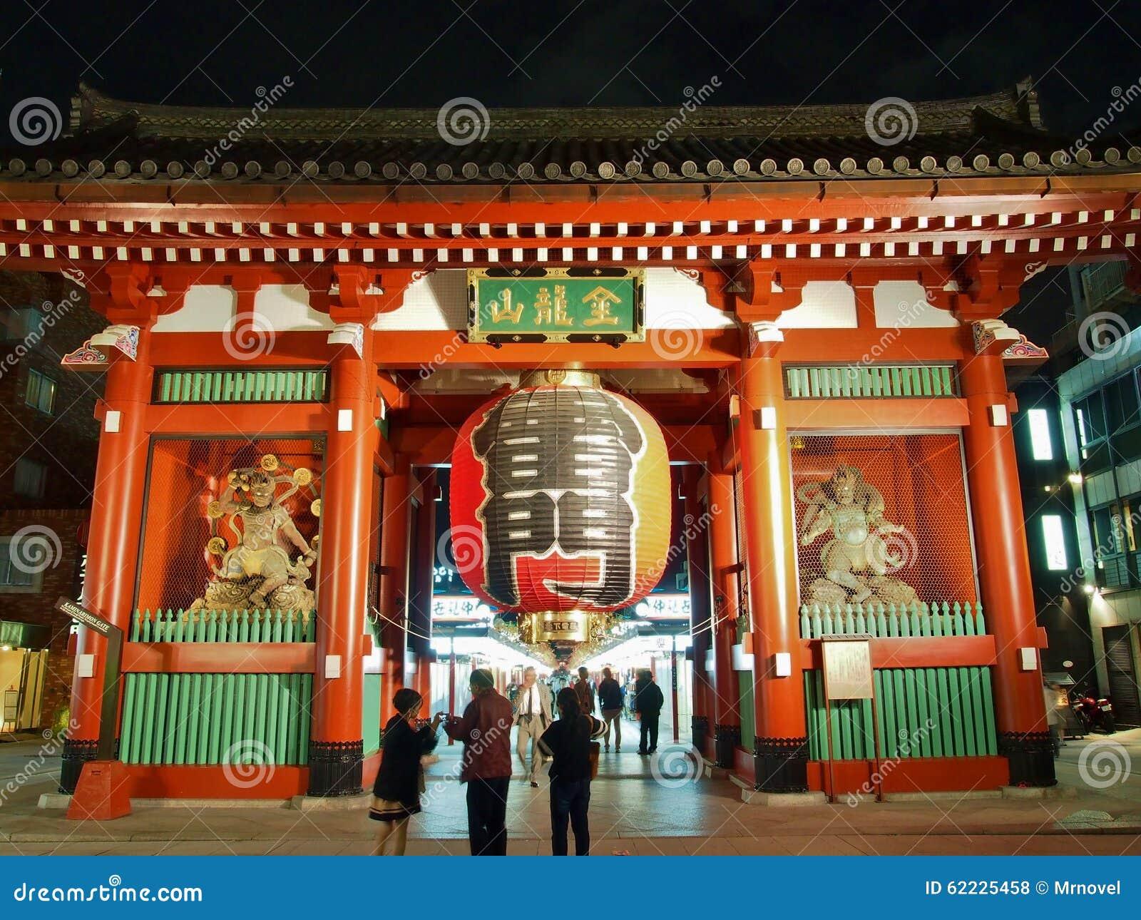 Visita Kaminarimon dos turistas - extasie a porta do templo de Senso-ji em Asakusa, Tóquio, Japão