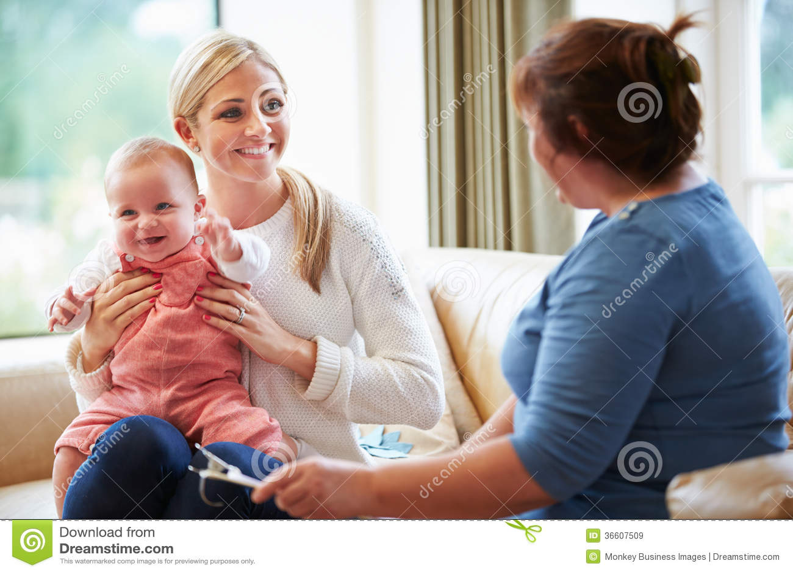 Visitante da saúde que fala à mãe com bebê novo