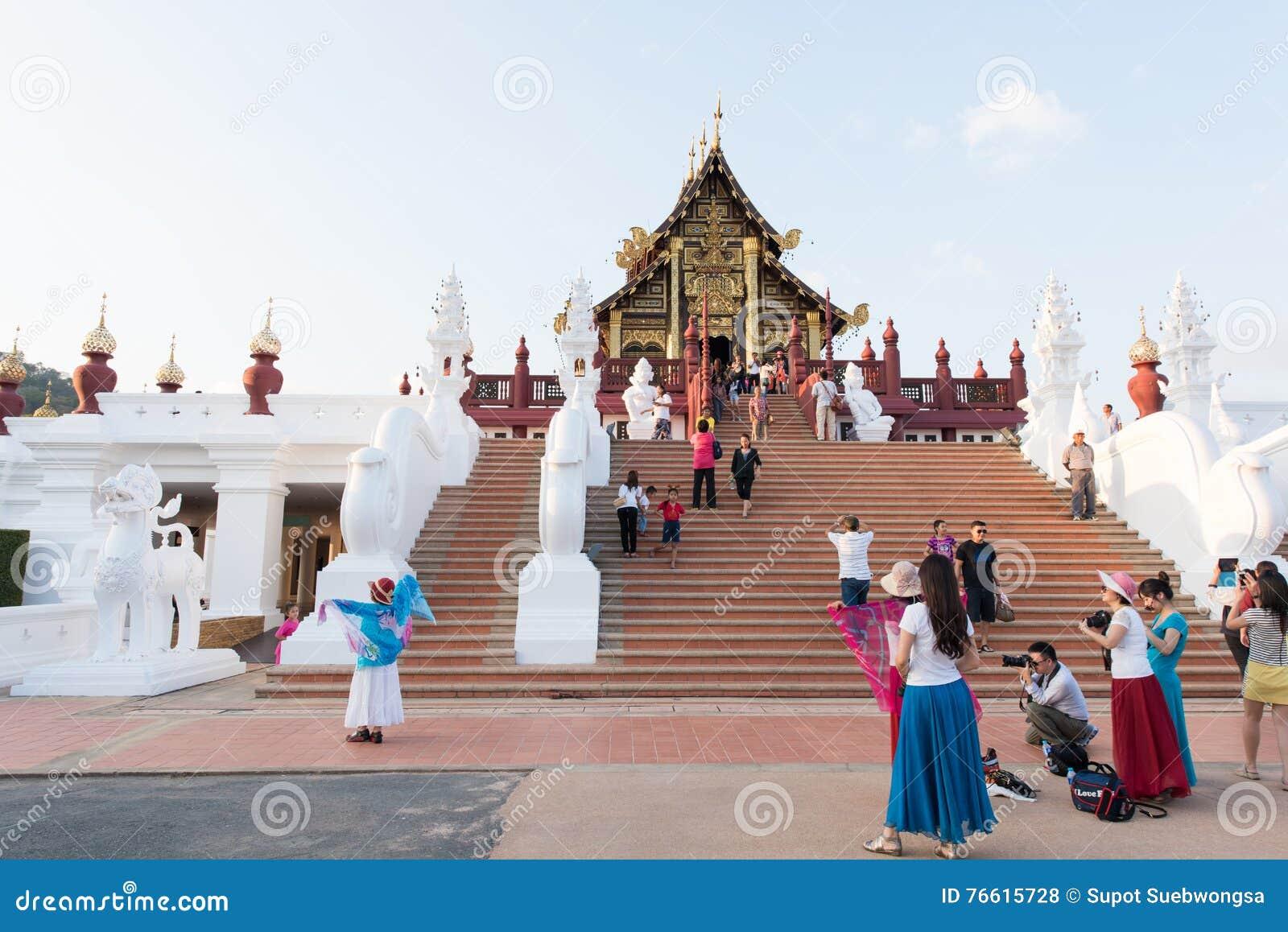Visitantes em Ho Kham Luang Royal Pavilion e no parque público em Chaing Mai Province On December 31, 2014, Tailândia