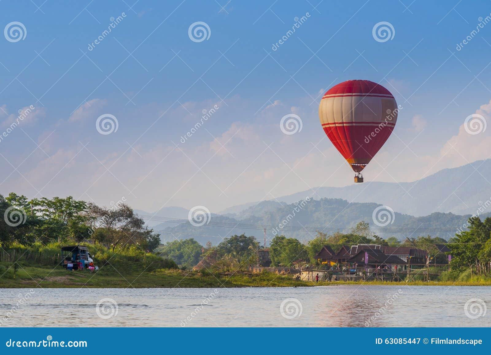 Download Visite Touristique Avec Le Ballon Dans Vang Vieng Image stock - Image du fleuve, asie: 63085447