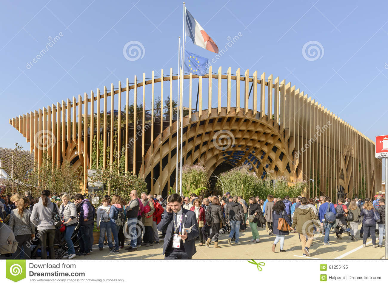 Expo Milan Meilleurs Stands : Visitors queue along france pavilion expo milan