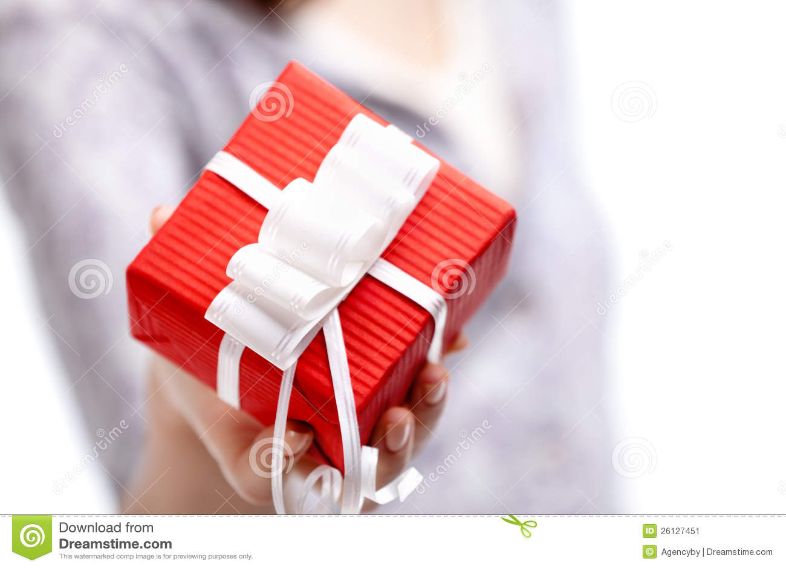 Visninggåva som slås in i den pappers- röda gåvan
