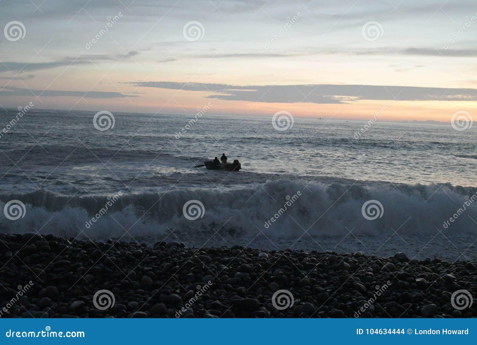 Download Vissend Bij Zonsondergang In San Miguel, Peru Redactionele Stock Afbeelding - Afbeelding bestaande uit oceaan, wolken: 104634444