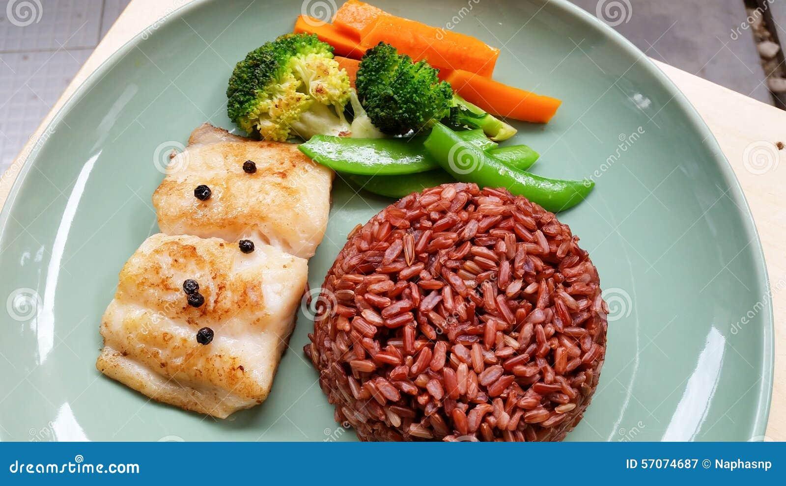 Vissenlapje vlees met ongepelde rijst en groenten in groene plaat