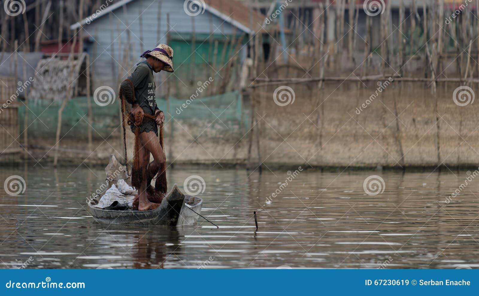 Visser in boot, Tonle-Sap, Kambodja