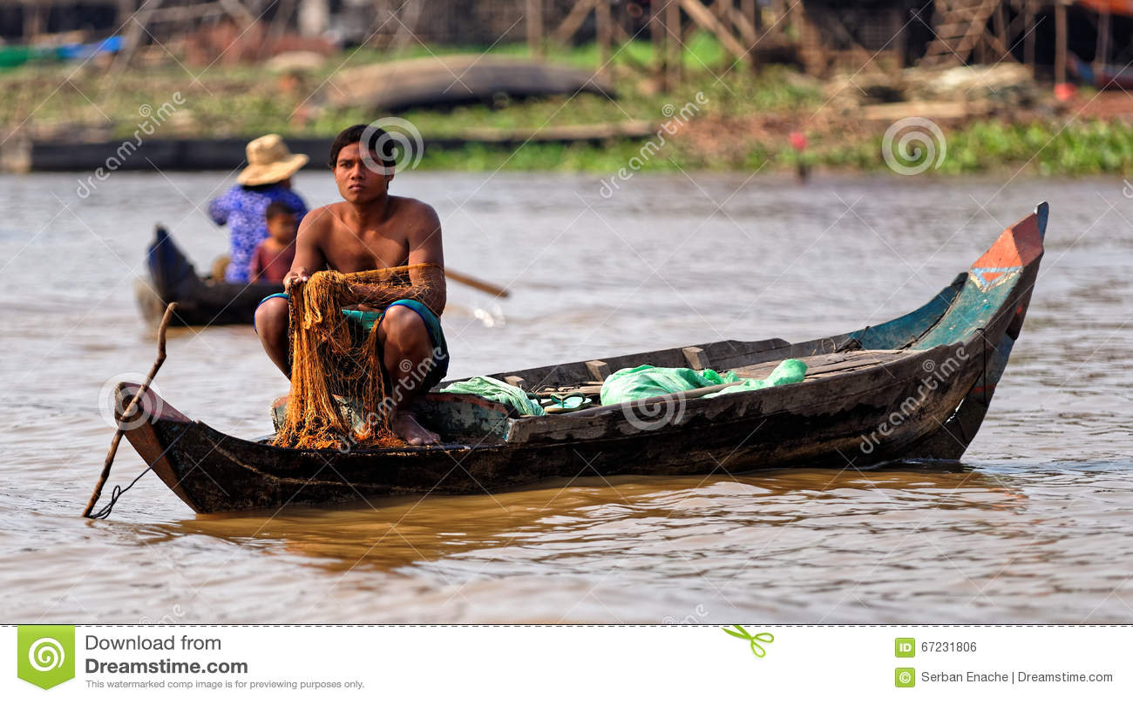 Visser met netto, Tonle-Sap, Kambodja