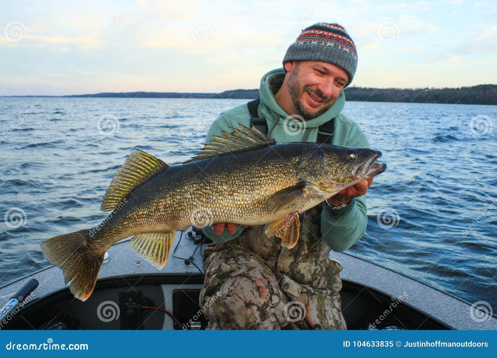 Download Visser Van De Snoekbaarzen De Vissende Vissen Van De Mensenholding Stock Afbeelding - Afbeelding bestaande uit canada, meer: 104633835