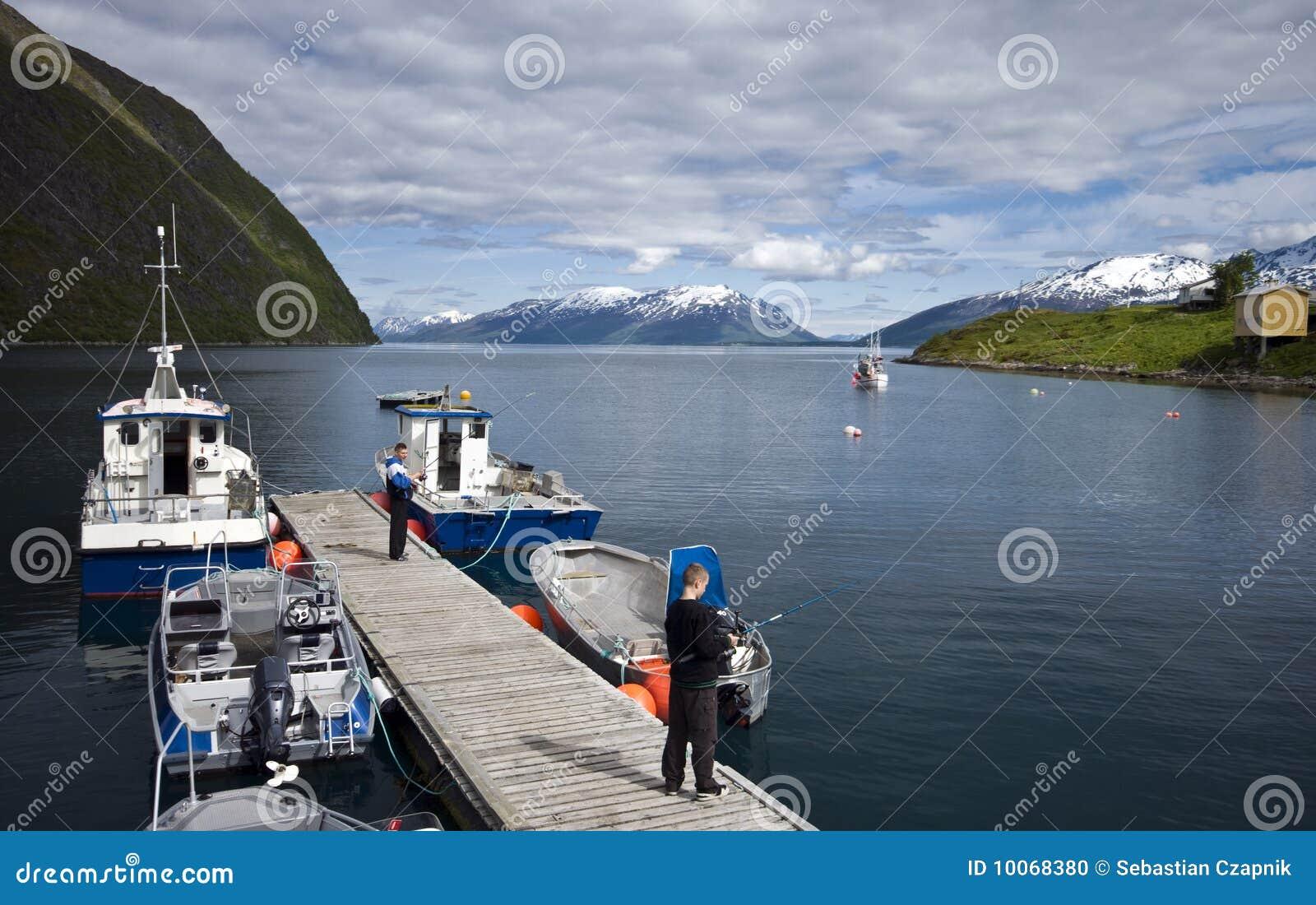 Visserij van dok in fjord
