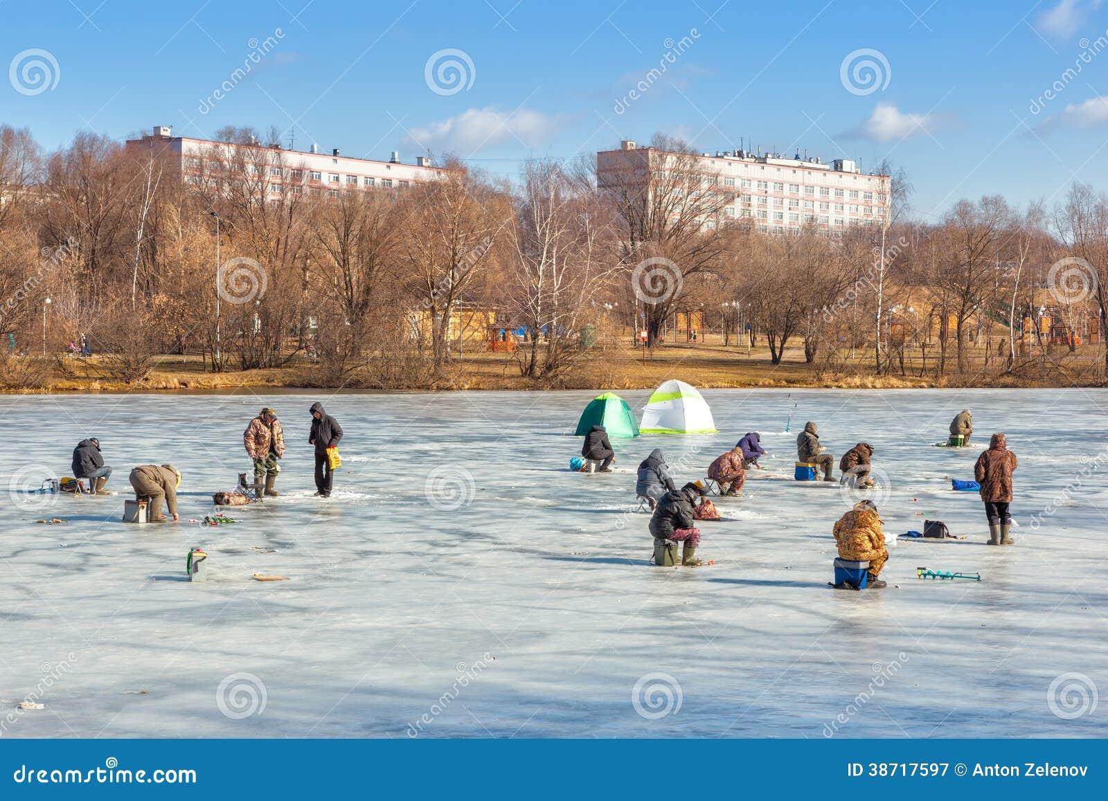 Vissers die en op ijs zitten lopen