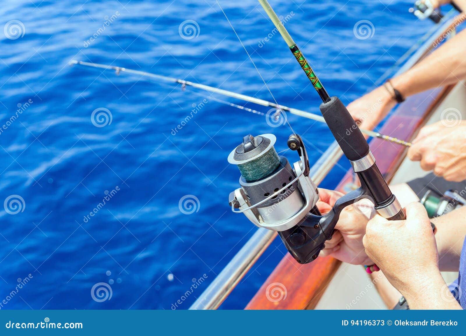 Vissers die van boot in overzees vissen