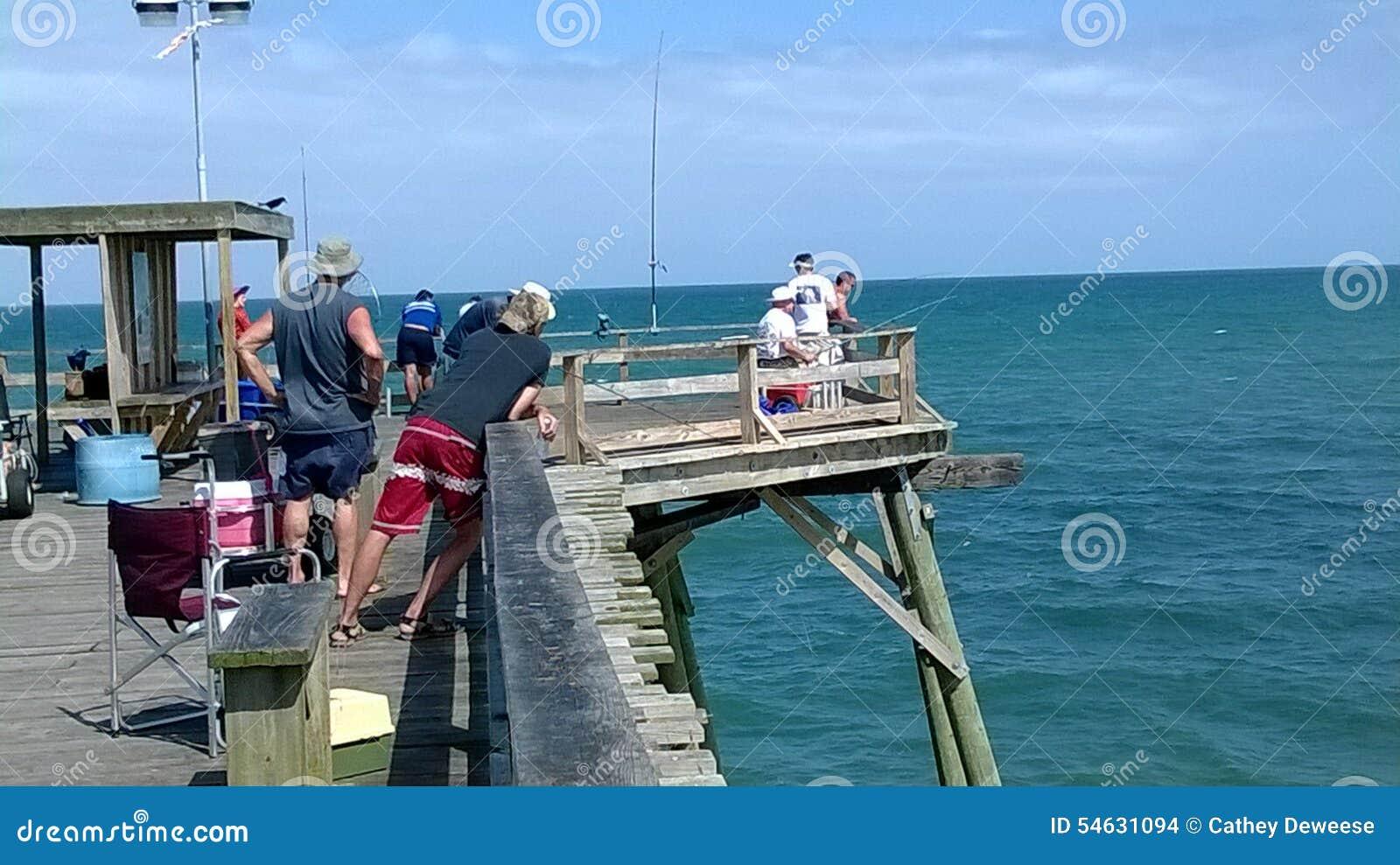 Vissers op Kure-Strandpijler op oostkustNoord-Carolina