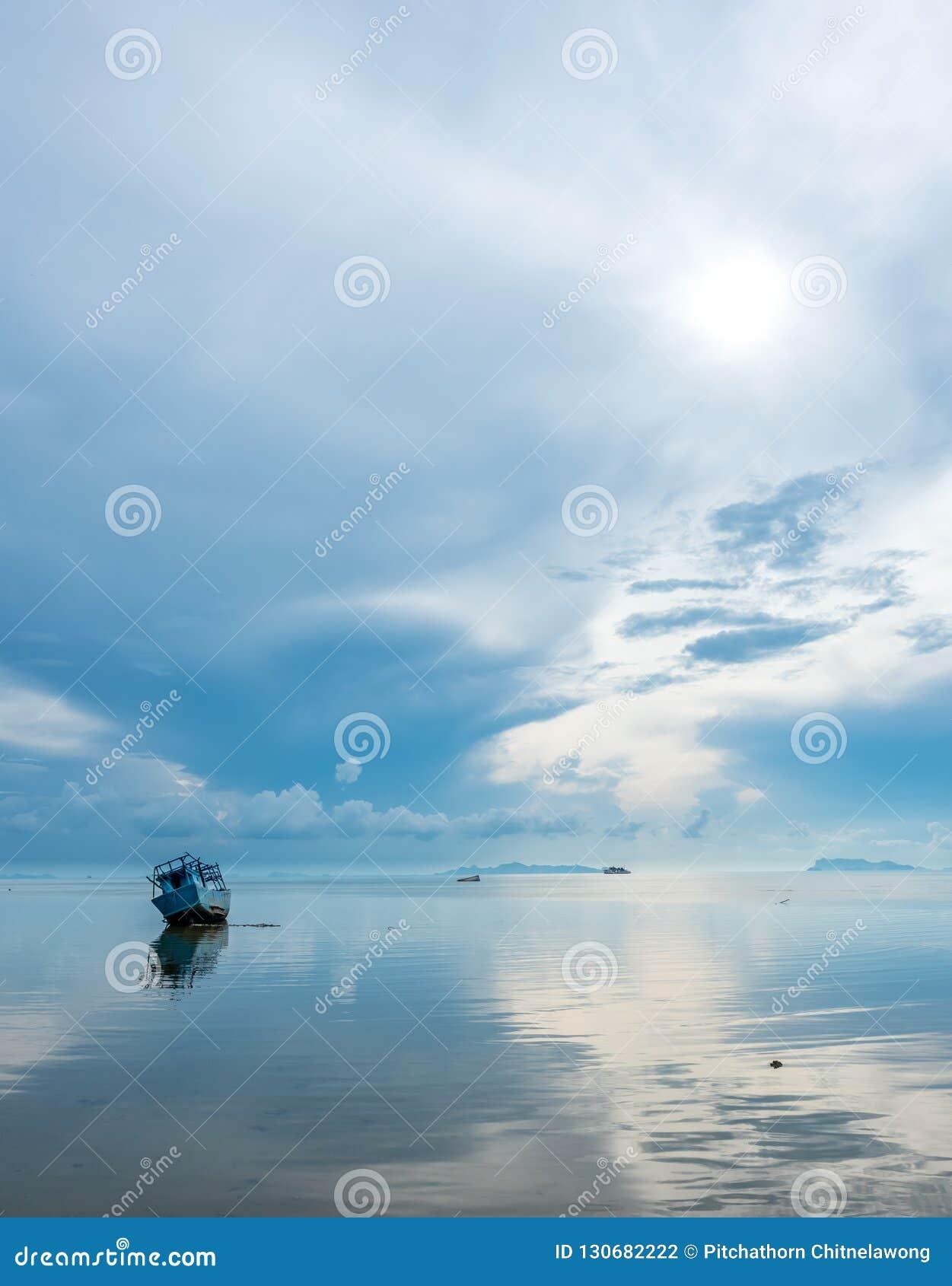 Vissersboot aan de grond over ondiep water