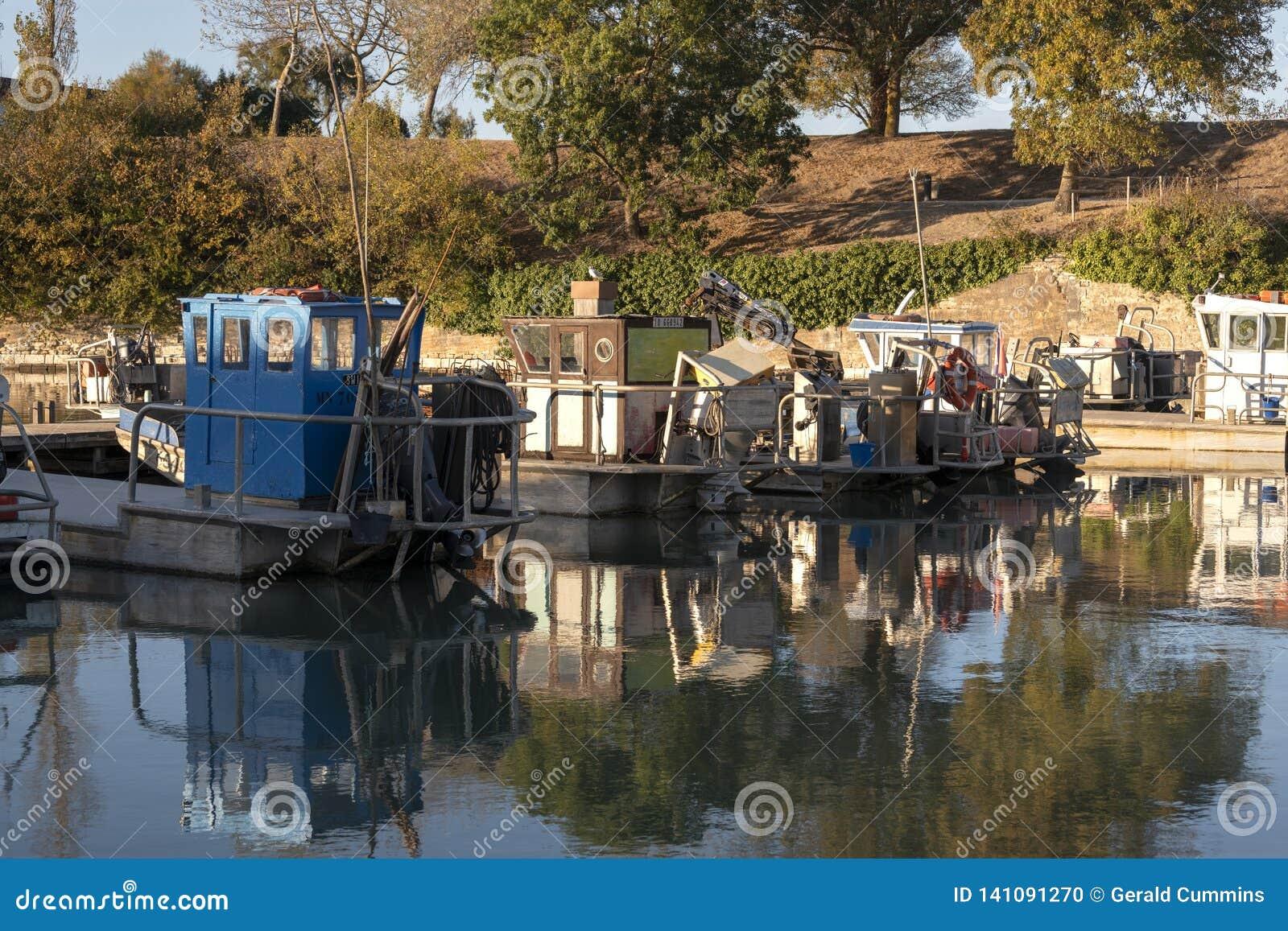 Vissersboot in een Franse Haven van Île D 'Oléron wordt vastgelegd die