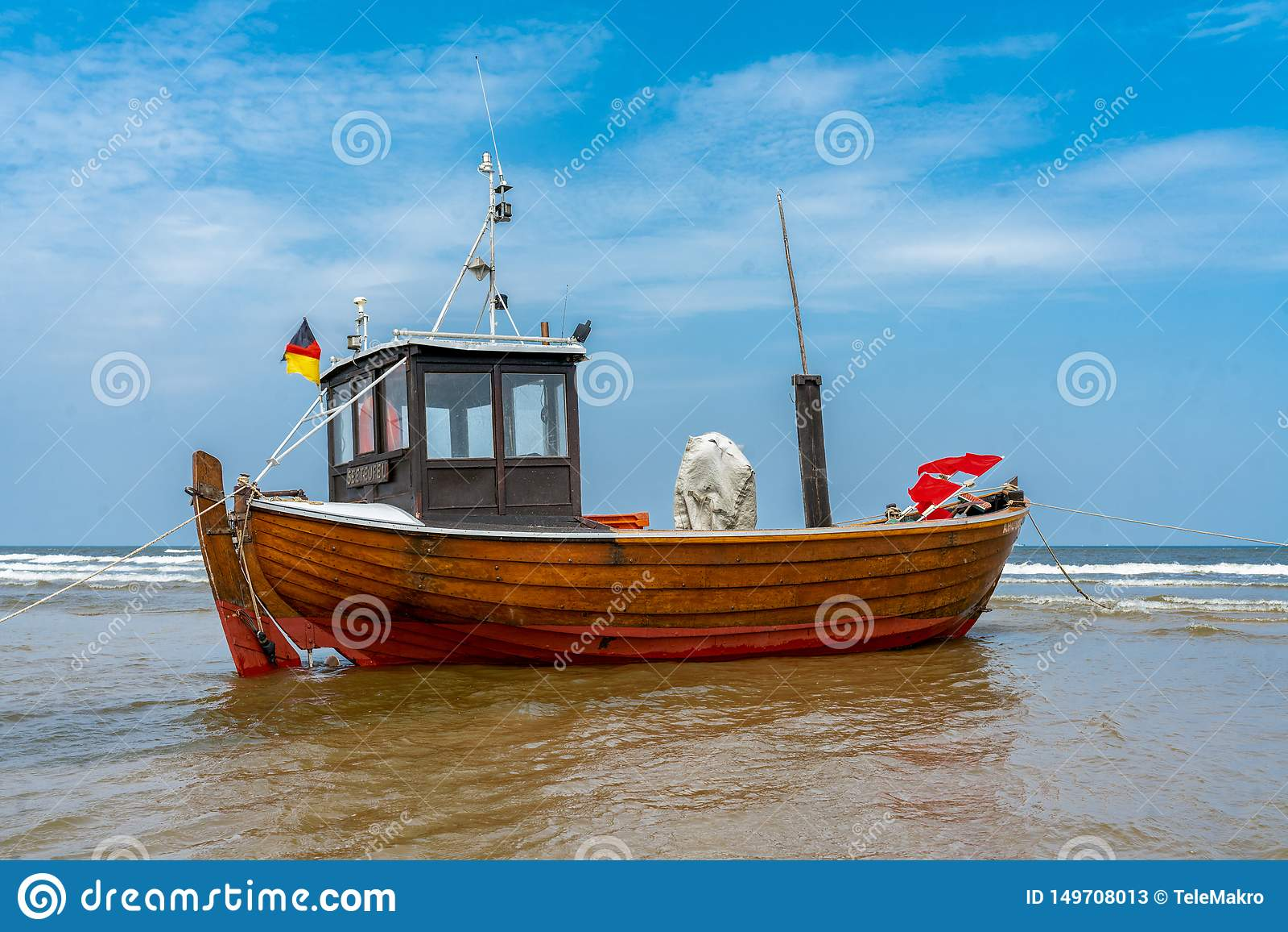 Vissersboot op strand at low tide