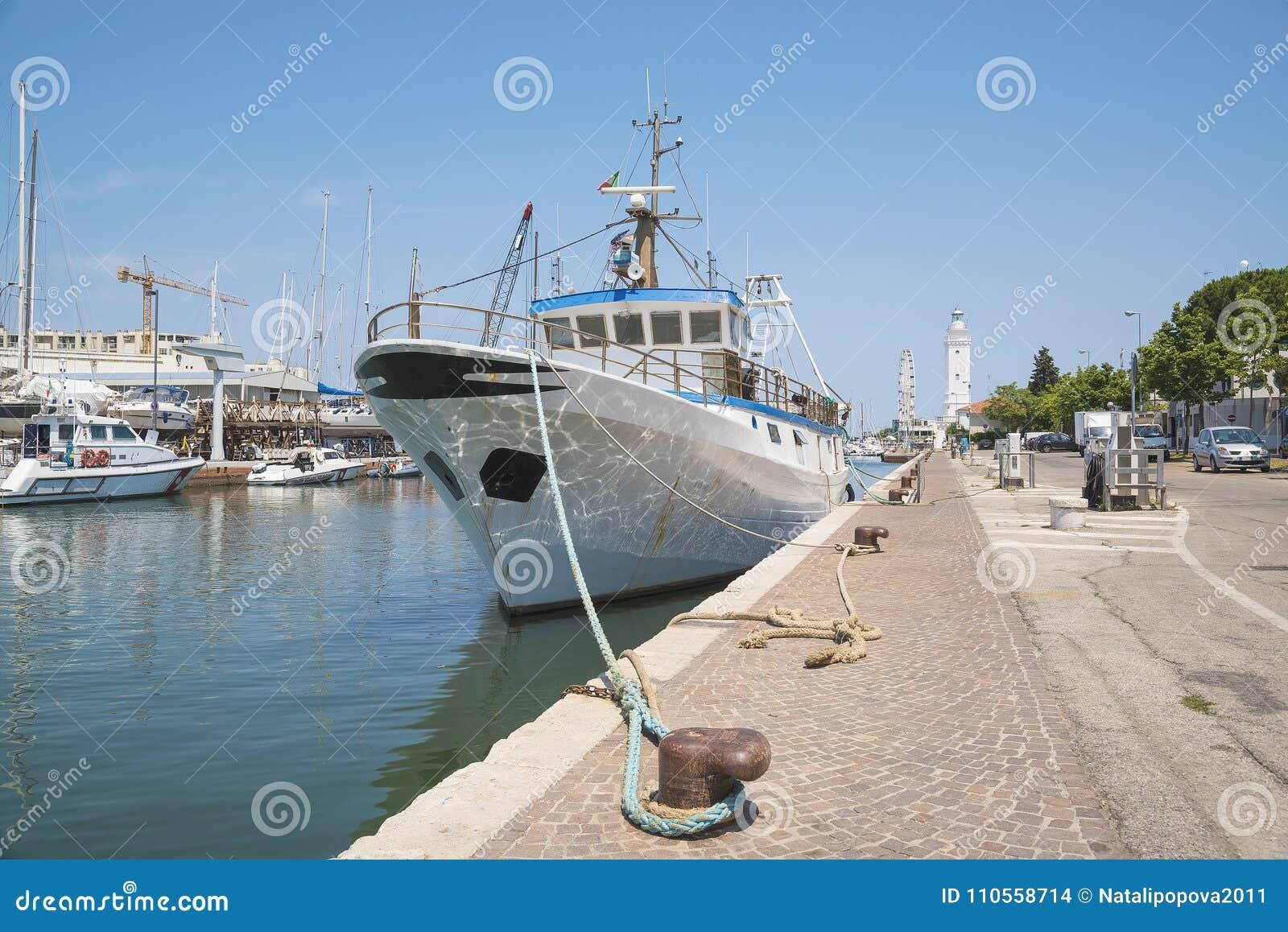 Vissersboot, Vissersvaartuig in de haven van de overzeese toevlucht van R