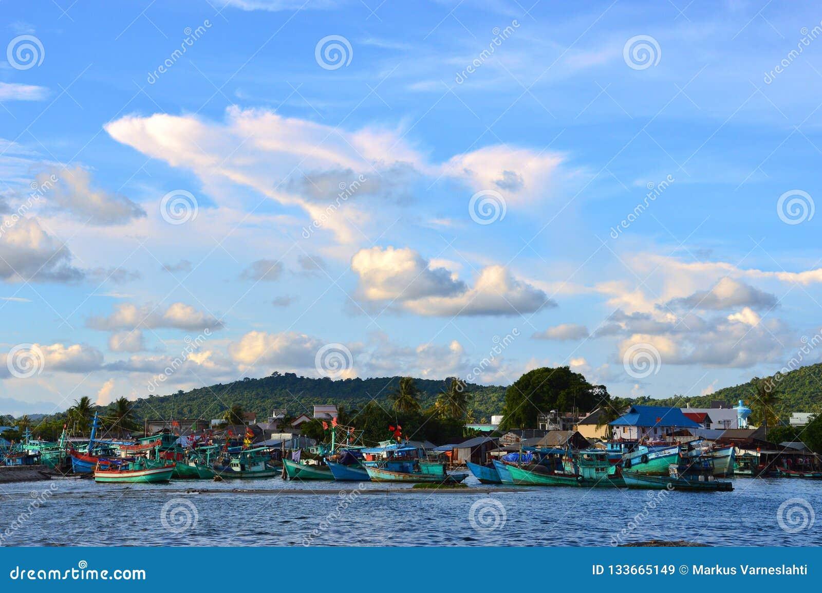 Vissersboten bij de haven in Phu Quoc, Vietnam