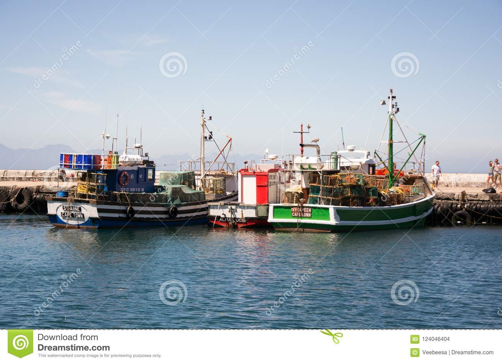 Vissersboten in Kalk-Baai op zonnige dag worden gedokt die