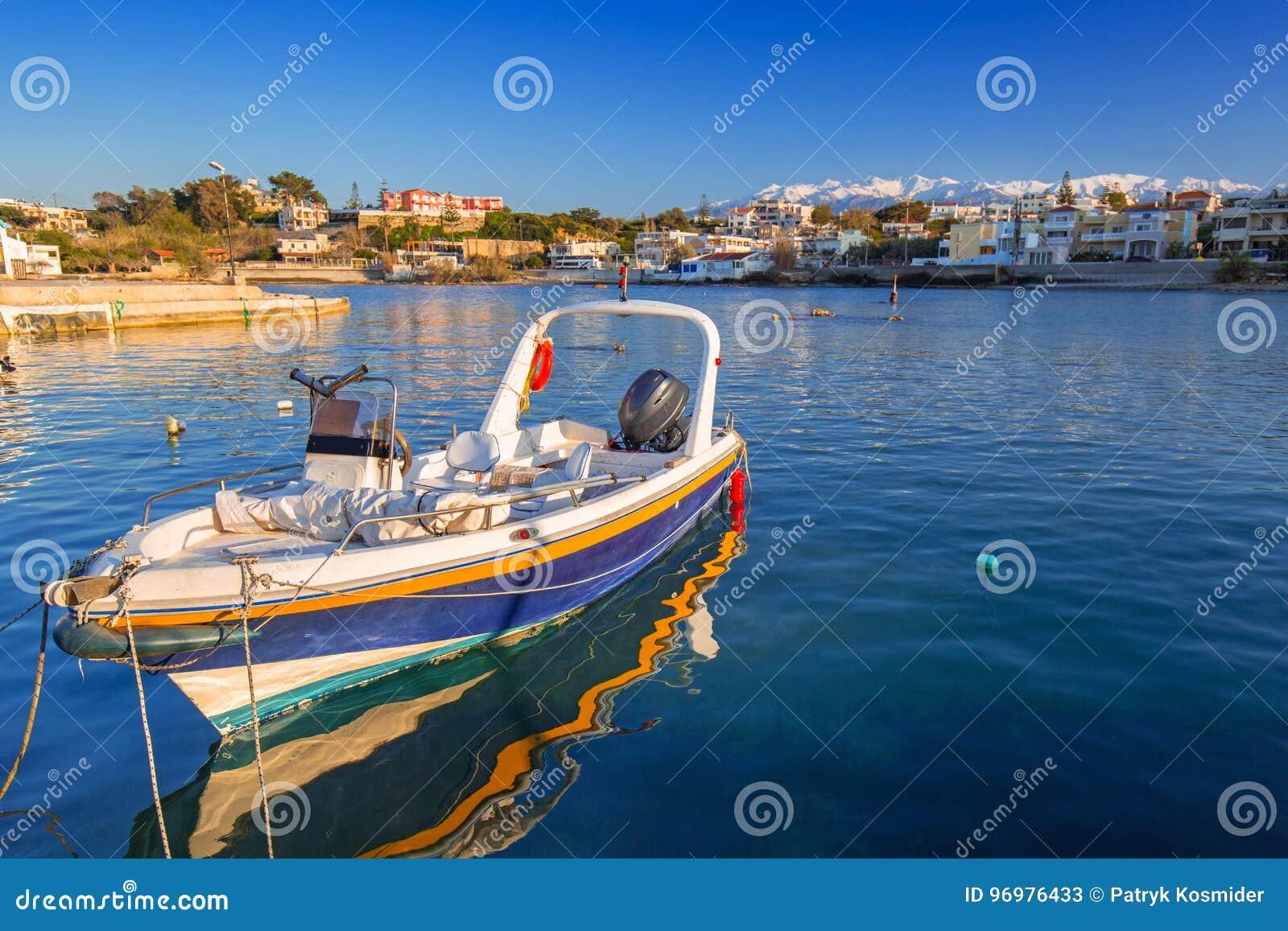Vissersboten op de kustlijn van Kreta