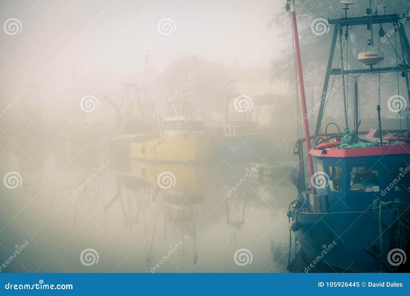 Vissersboten op een nevelige rivier worden vastgelegd die
