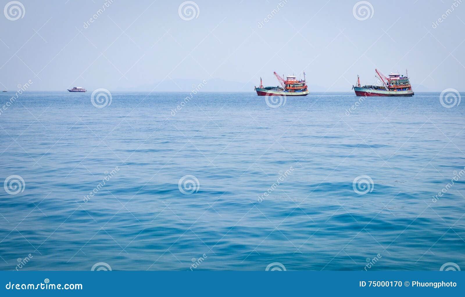 Vissersboten op het blauwe overzees in Koh Chang, Thailand