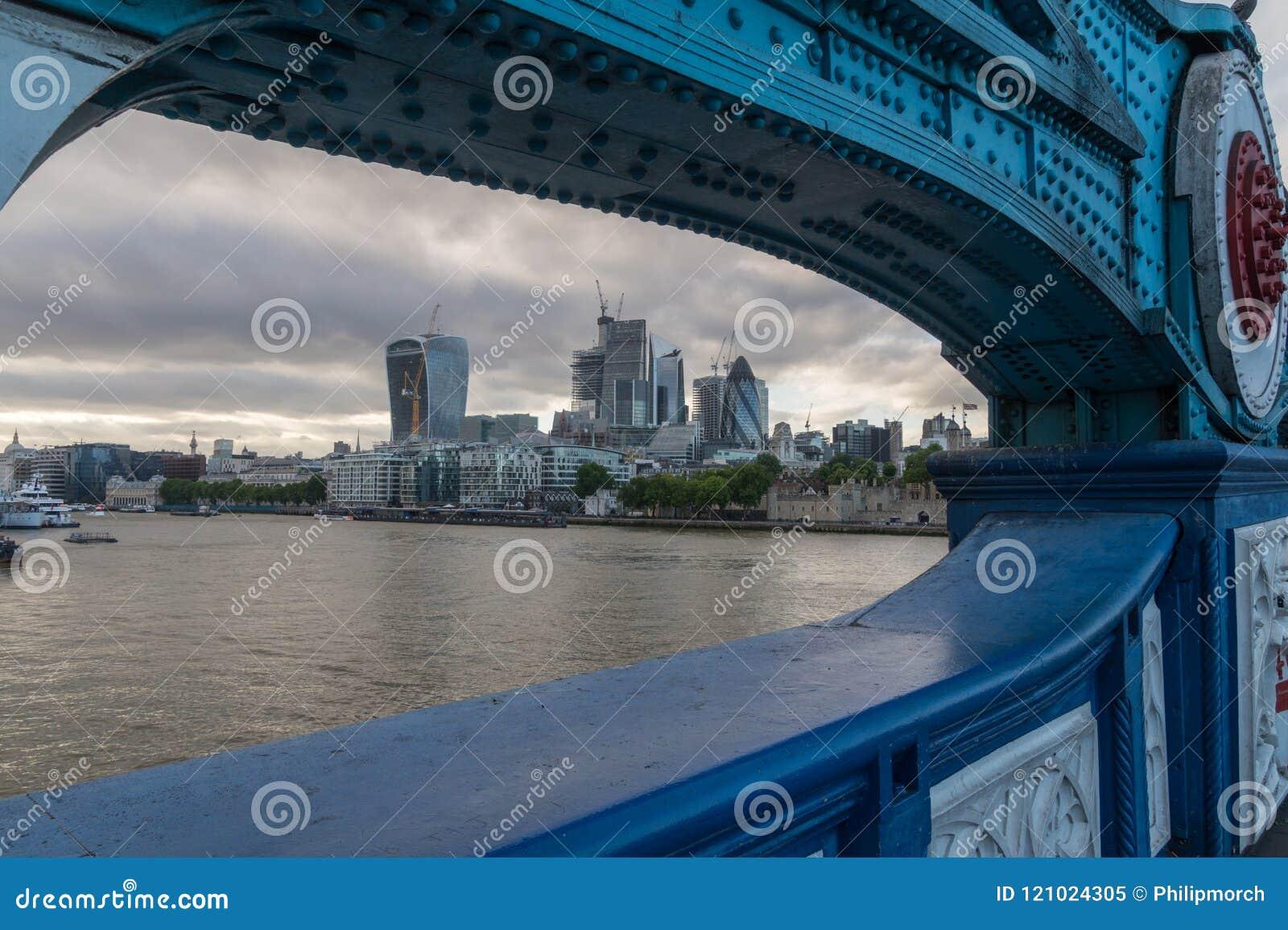 Vista à cidade de Londres da ponte da torre em uma noite nebulosa