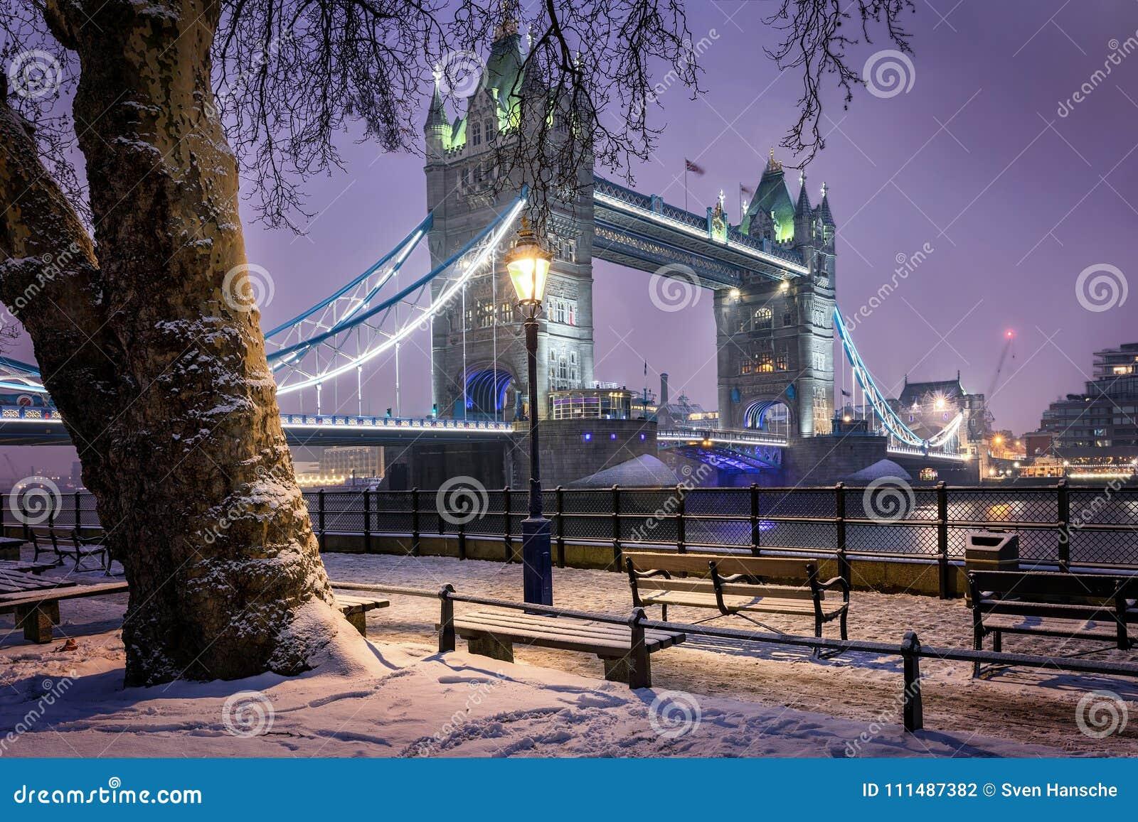 Vista à ponte da torre de Londres em uma noite fria do inverno