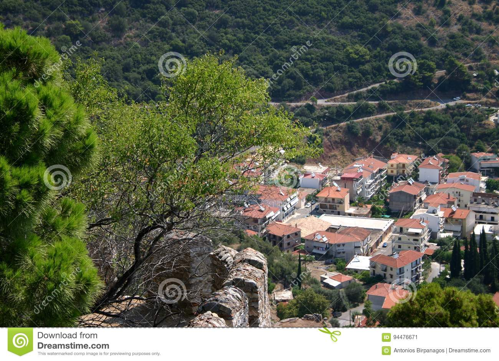 Vista ενός παραδοσιακού μεσογειακού χωριού από την κορυφή ενός λόφου