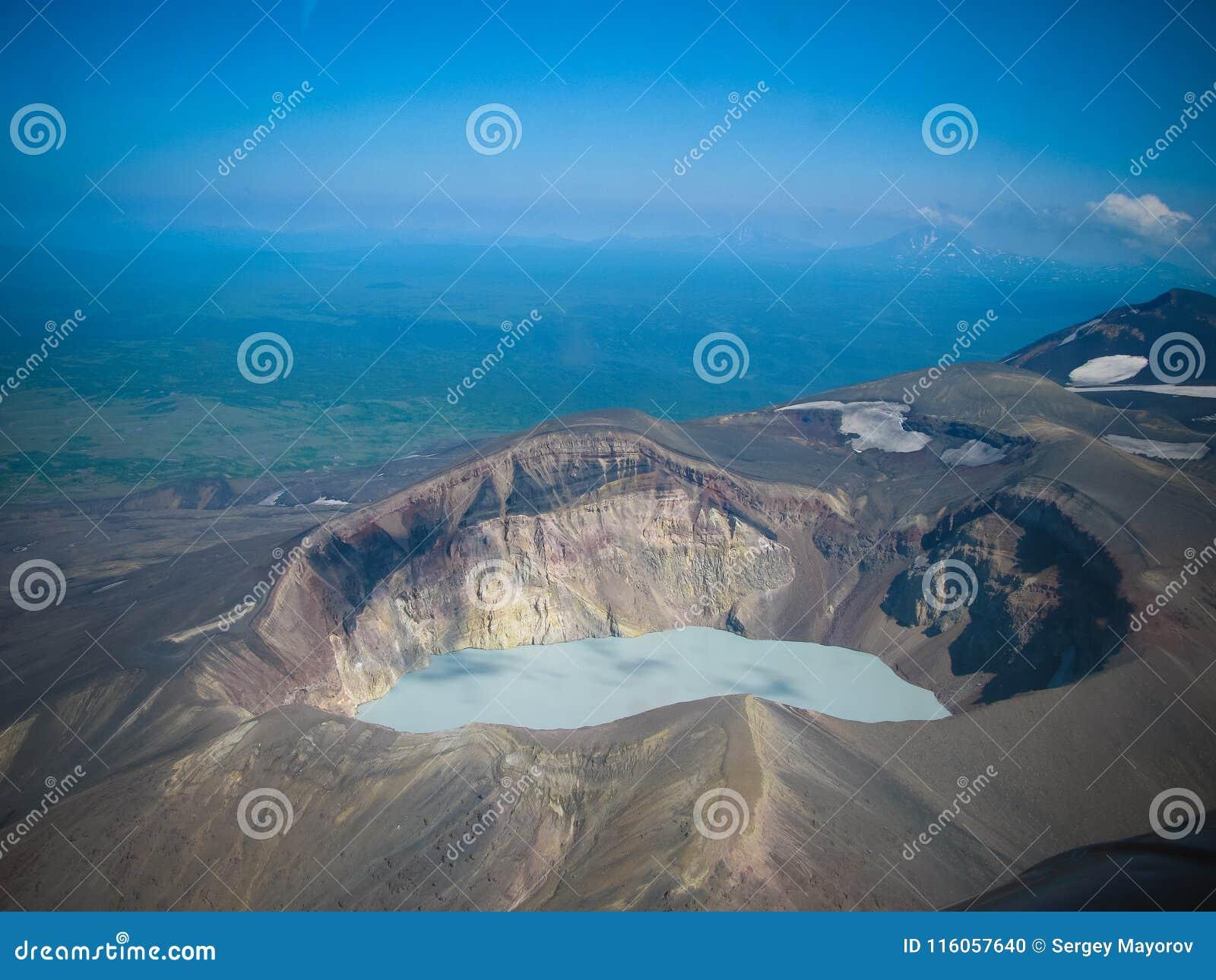 Vista aérea ao vulcão de Maly Semyachik, península de Kamchatka, Rússia