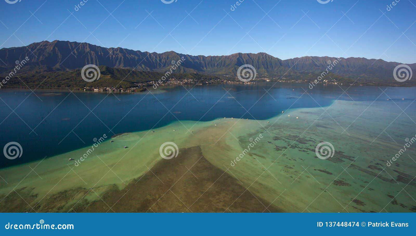 Vista aérea bonita do Sandbar Oahu da baía de Kaneohe, Havaí